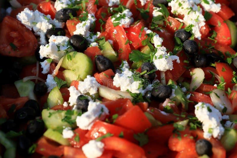 Ensalada de Shopska Preparado de los tomates cortados, los pepinos, asaron las pimientas, cebolla, aceitunas, perejil fresco y ra foto de archivo