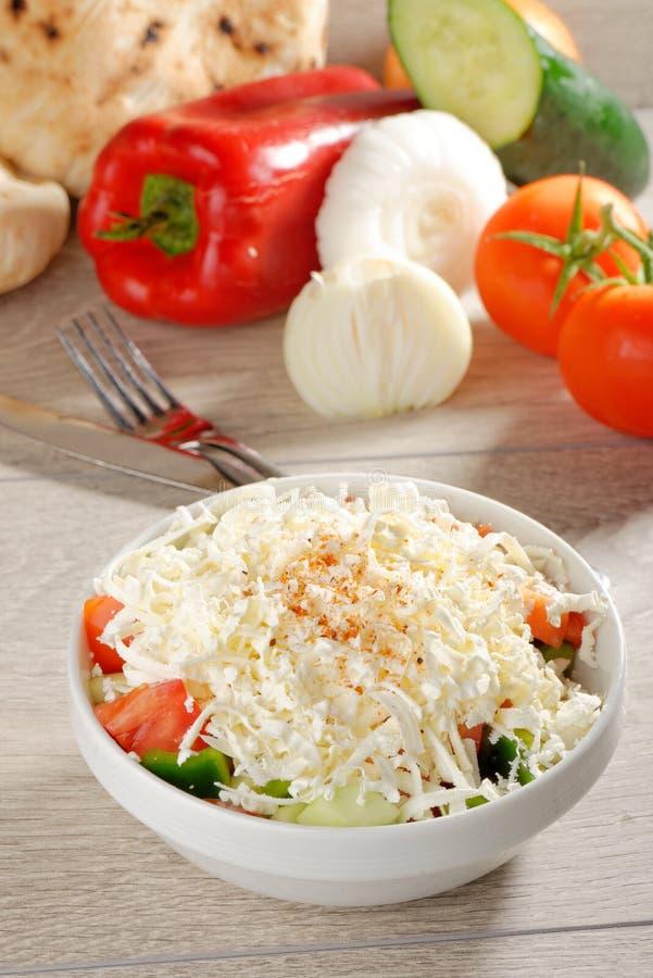 Ensalada de Shopska - también conocida como búlgara, macedónico, servio; Bosnio y croata salad imágenes de archivo libres de regalías