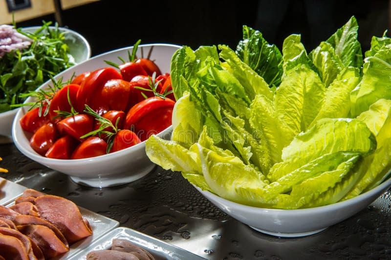 Download Ensalada De Tomates, De Pepinos Y Del Eneldo En Las Hojas De La Lechuga Imagen de archivo - Imagen de desayuno, frescura: 42442399