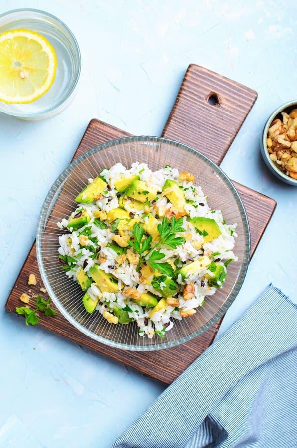 Ensalada del arroz del aguacate, aperitivo sabroso, comida vegetariana sana imagenes de archivo