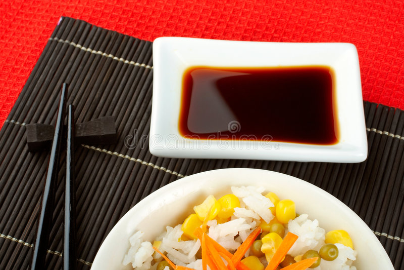 Ensalada del arroz con la salsa y los palillos imagenes de archivo