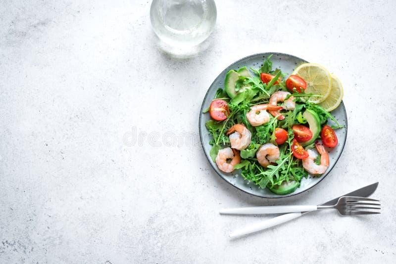 Ensalada del camarón del aguacate con Arugula y tomates imagen de archivo