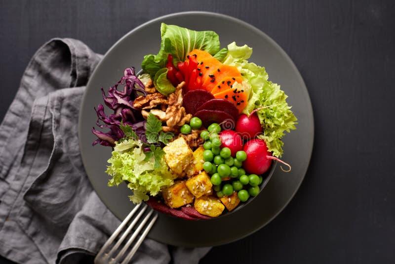Ensalada del cuenco de Buda, sana y nutritiva con una variedad de verduras, de nueces y de comida del queso del queso de soja, de imagen de archivo