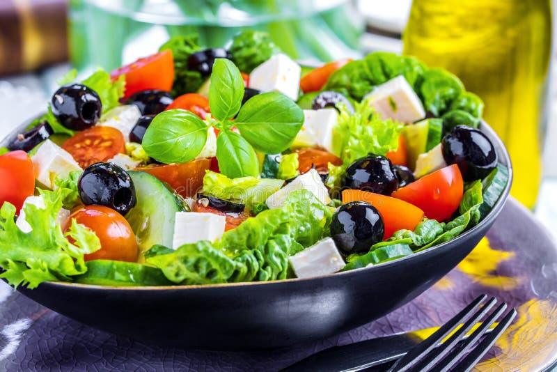 Ensalada del Griego de las verduras frescas Comida sana en fondo de madera foto de archivo libre de regalías