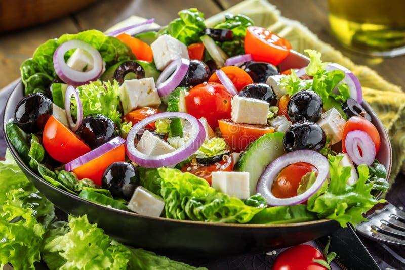 Ensalada del Griego de las verduras frescas Comida sana en fondo de madera fotografía de archivo