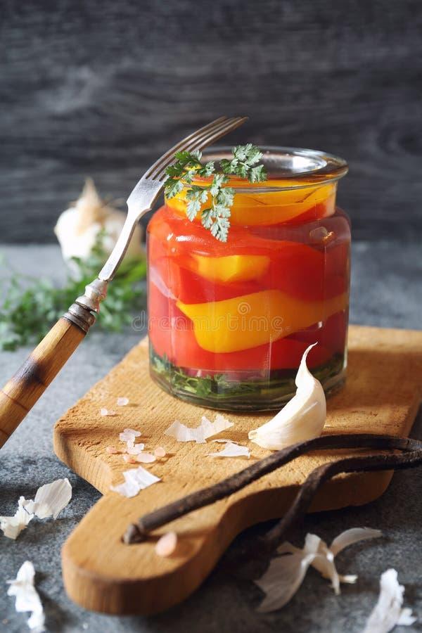 Ensalada del paprika dulce conservado en vinagre fotos de archivo