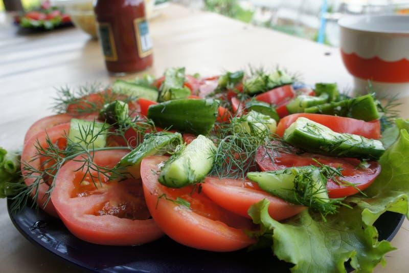 Ensalada del pepino y del tomate imagen de archivo