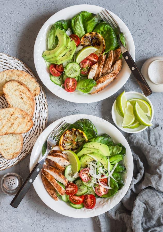 Ensalada del pollo asado a la parrilla y de las verduras frescas Concepto de la comida de la dieta sana En un fondo ligero fotografía de archivo libre de regalías