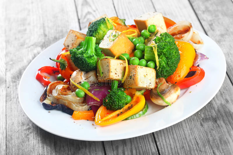 Ensalada del queso de soja con las verduras de la carne asada fotografía de archivo libre de regalías