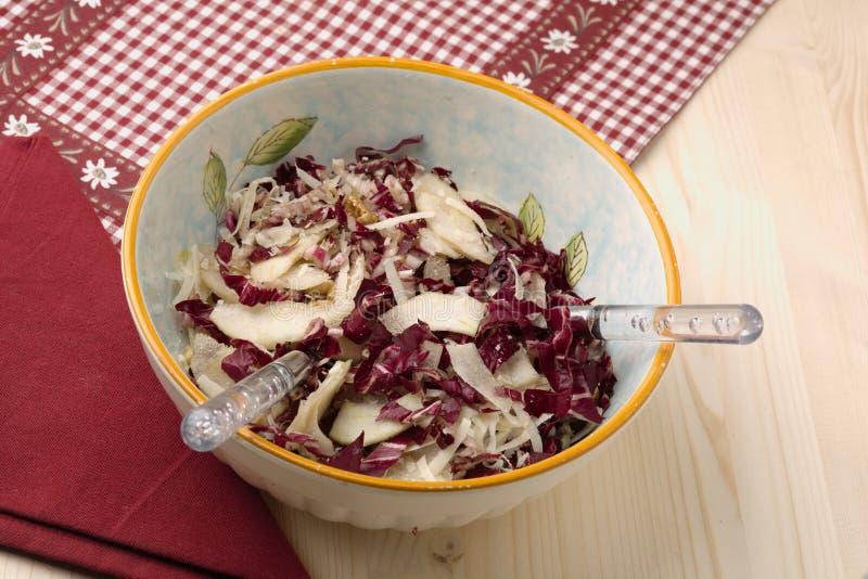 Ensalada del Radicchio, nueces, peras y parmesano formado escamas fotos de archivo