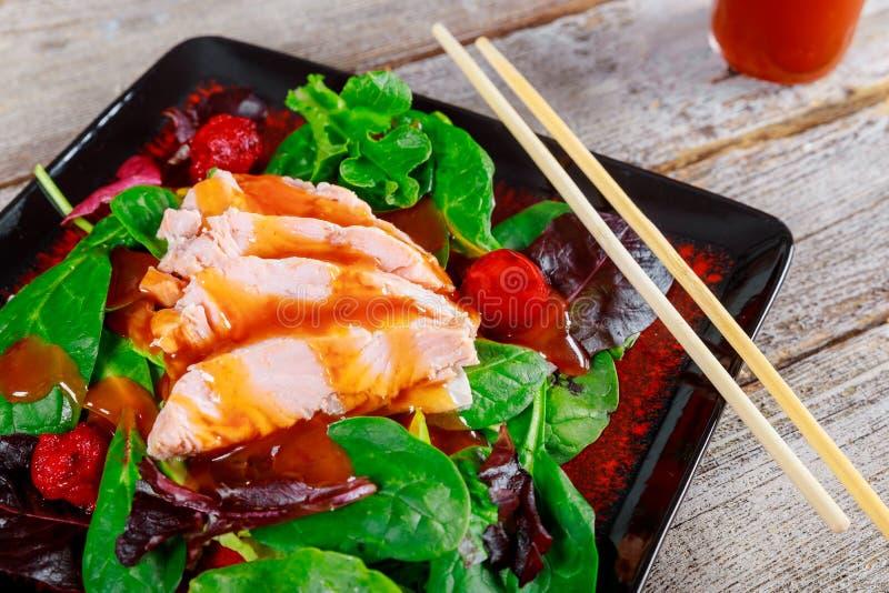 Ensalada del salmón ahumado, comida sana fotos de archivo libres de regalías