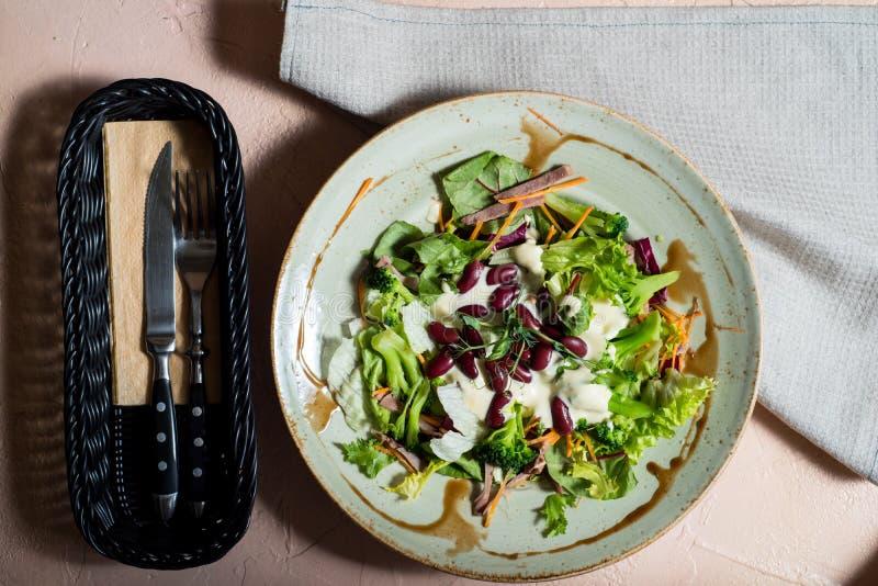 Ensalada del tomate con lechuga, queso y mostaza y preparaci?n del ajo Visi?n superior fotos de archivo
