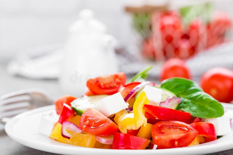 Ensalada del tomate con paprika fresco, la cebolla roja y el queso feta fotos de archivo libres de regalías