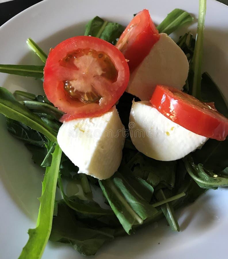 Ensalada del tomate, de la mozzarella y de cohete imagen de archivo libre de regalías
