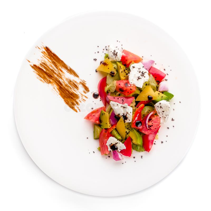 Ensalada del vuelo aislada en el fondo blanco Ensalada griega: tomates rojos, pimienta, queso, lechuga, pepino, aceitunas foto de archivo