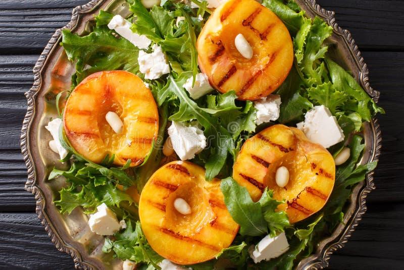 Ensalada deliciosa del aperitivo de melocotones frescos asados a la parrilla, con el queso Feta ch imagen de archivo