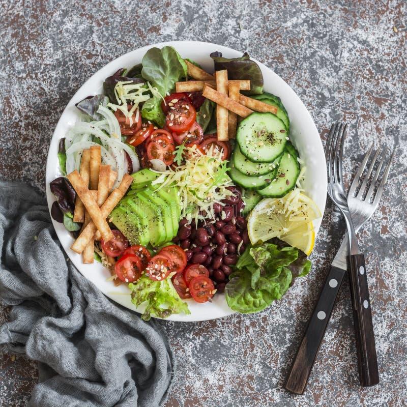 Ensalada en un fondo ligero, visión superior de las verduras, de las habas, del aguacate y del queso Aperitivo delicioso imagenes de archivo