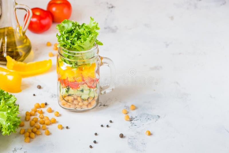 Ensalada en un tarro Ensalada sana hecha en casa del garbanzo, tomate, YE fotografía de archivo libre de regalías