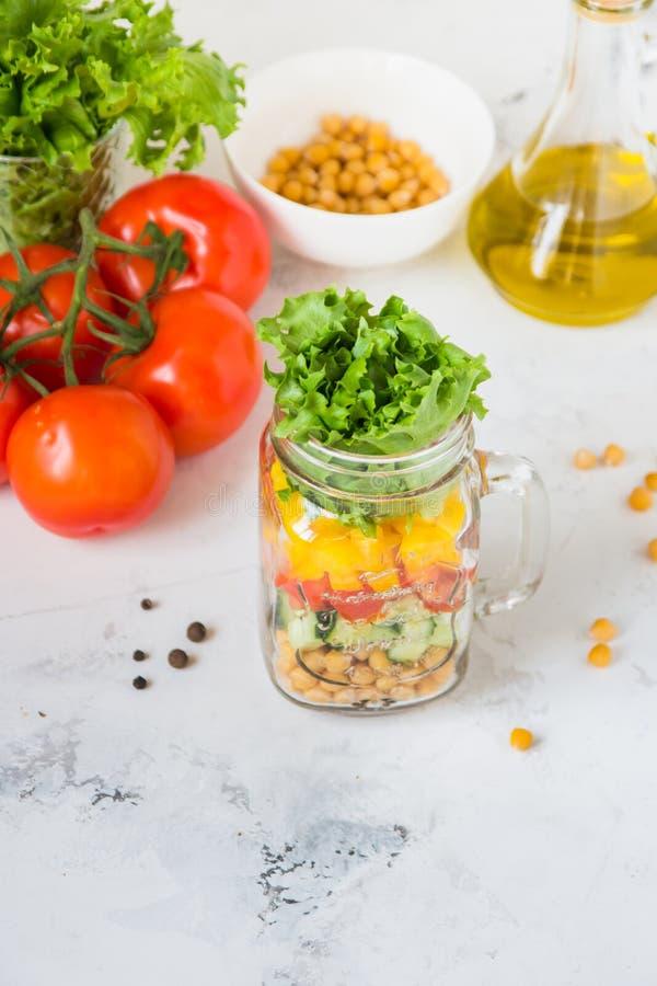 Ensalada en un tarro Ensalada sana hecha en casa del garbanzo, tomate, YE imágenes de archivo libres de regalías