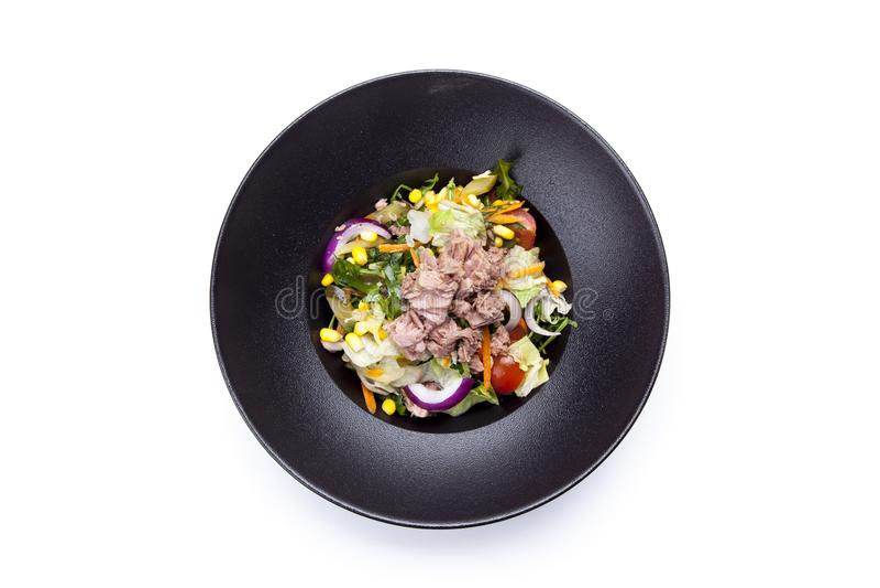 Ensalada fresca con el atún, los tomates, los huevos, el arugula y la mostaza en wh fotografía de archivo