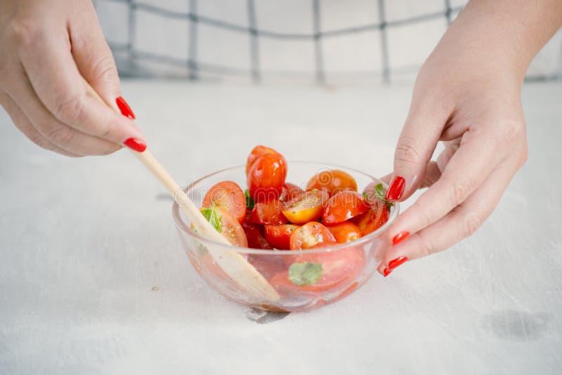 Ensalada fresca con el tomate, la mozzarella y la albahaca Concepto para un aperitivo sabroso y sano imagen de archivo libre de regalías
