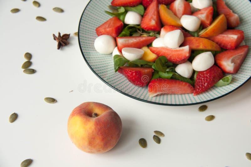 Ensalada fresca con la fresa, el melocotón y la mozzarella imágenes de archivo libres de regalías
