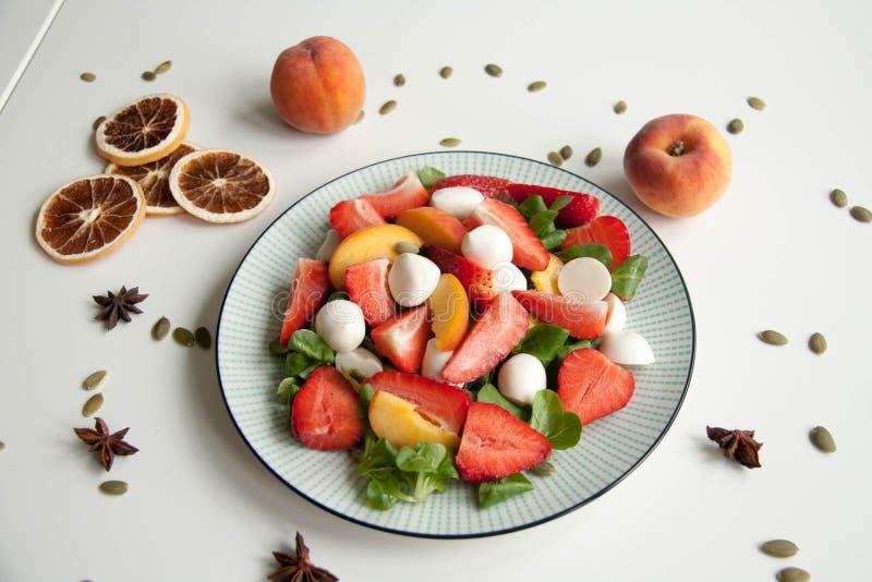 Ensalada fresca con la fresa, el melocotón y la mozzarella fotografía de archivo libre de regalías