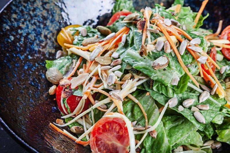 Ensalada fresca con la lechuga, salsa de crema agria, tomates de cereza, zanahoria Copie el espacio Concepto de alimento sano Alm fotografía de archivo