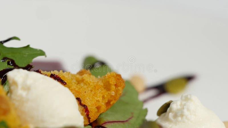 Ensalada fresca con las frutas y verdes en la opinión superior del fondo de madera blanco con el espacio para el texto Alimento s foto de archivo libre de regalías