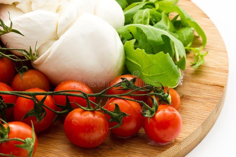 Ensalada fresca con los tomates de cereza, rucola, mozzarella imagenes de archivo