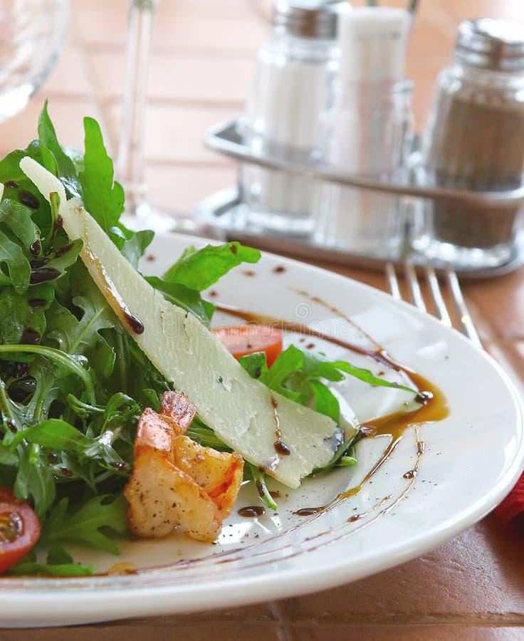 Ensalada fresca con un tomate, queso y la carne frita imágenes de archivo libres de regalías