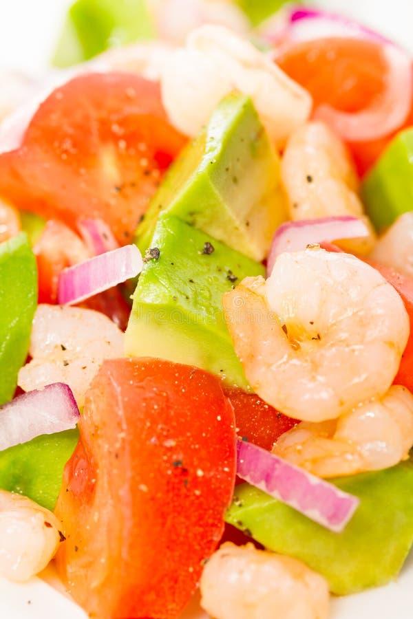 Ensalada fresca de la gamba con el aguacate y los tomates foto de archivo