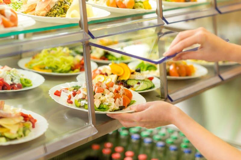 Ensalada fresca de la visualización de la cantina del servicio del uno mismo de la comida fría fotografía de archivo