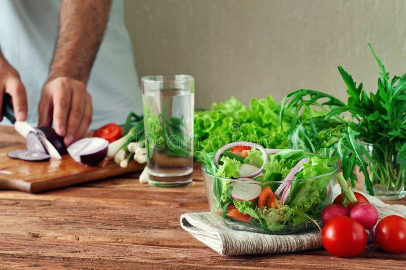 Ensalada fresca de las verduras del verano en un cuenco profundo de vidrio imagen de archivo