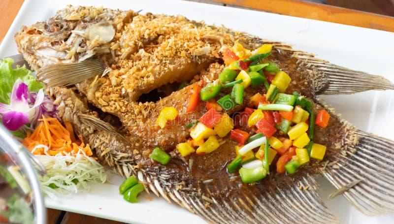 Ensalada frita del mango del ajo de los pescados con el mango y el dulce fotos de archivo