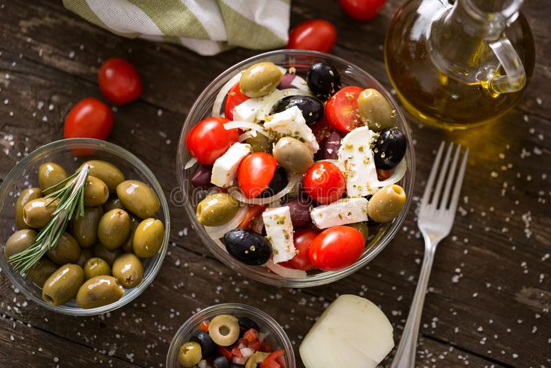 Ensalada griega con las verduras frescas, el queso Feta y el oliv negro y verde imagen de archivo