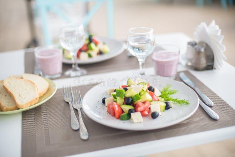Ensalada griega del pepino fresco, del tomate, de la pimienta dulce, de la lechuga, de la cebolla roja, del queso feta y de las a imagenes de archivo