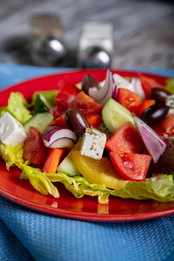 Ensalada griega del pepino fresco, del tomate, de la pimienta dulce, de la lechuga, de la cebolla roja, del queso feta y de las a fotos de archivo libres de regalías