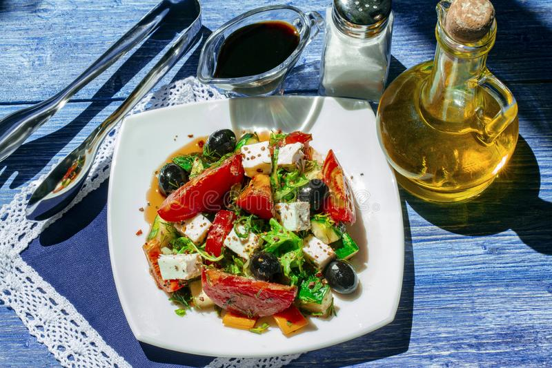 Ensalada griega del pepino fresco, del tomate, de la pimienta dulce, de la lechuga, del queso Feta, de aceitunas con aceite de ol fotos de archivo libres de regalías