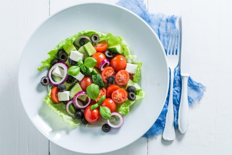 Ensalada griega fresca con los tomates, la lechuga y la cebolla de cereza fotografía de archivo libre de regalías