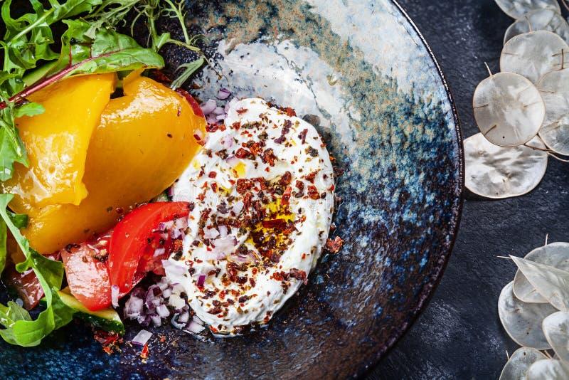 Ensalada griega moderna con pimienta cocida con cierre del yogur encima de la visión Cocina griega, comida sana, adietando, cocin foto de archivo