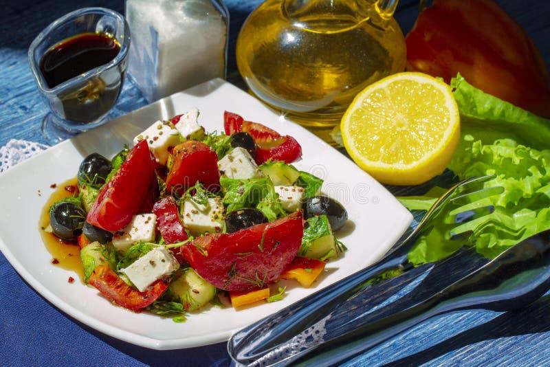 Ensalada griega tradicional del pepino fresco, del tomate, de la pimienta dulce, de la lechuga, del queso feta y de las aceitunas imagenes de archivo