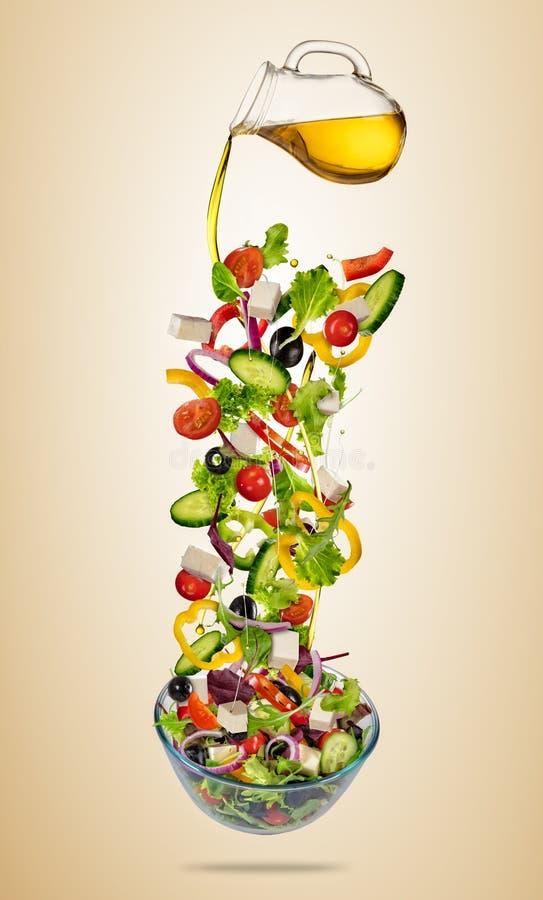Ensalada griega vegetal del vuelo aislada en fondo de la pendiente ilustración del vector