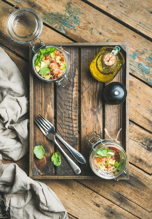 Ensalada hecha en casa con los cereza-tomates, aguacate, albahaca de la quinoa del tarro en caja fotografía de archivo libre de regalías
