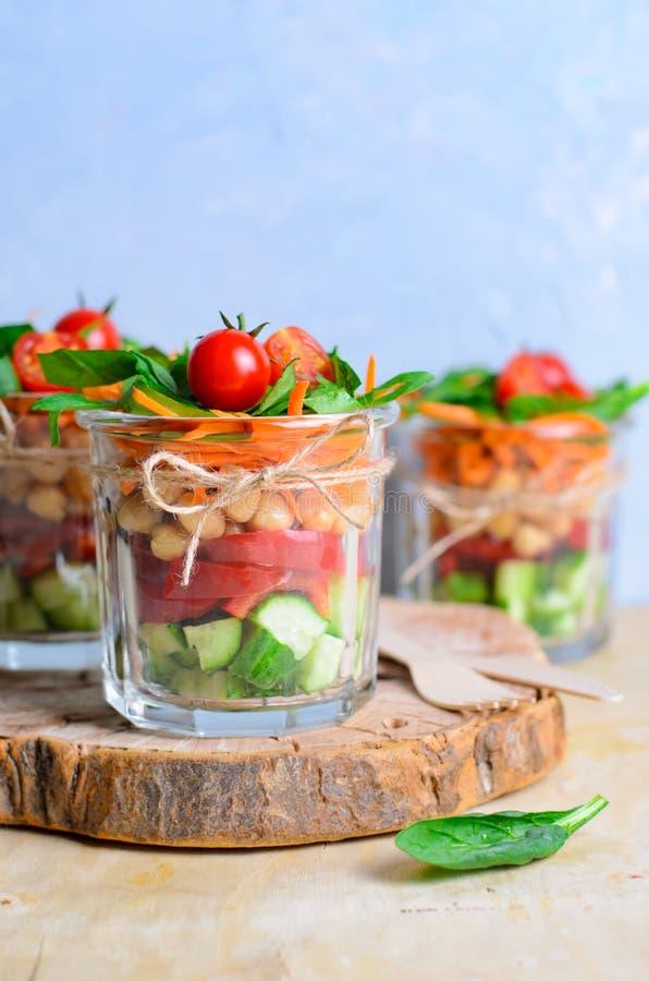 Ensalada hecha en casa sana del tarro, Detox que come, comida vegetariana del vegano fotografía de archivo libre de regalías