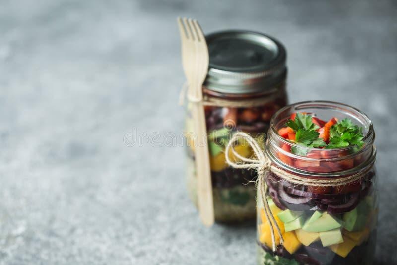 Ensalada hecha en casa sana en tarro de albañil con la quinoa y las verduras Comida sana, consumición limpia, dieta y detox Copie fotografía de archivo libre de regalías