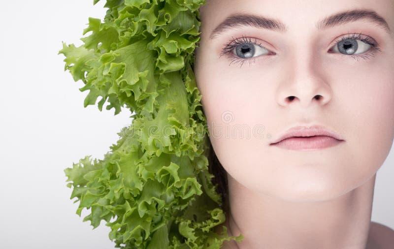 Ensalada modelo joven del peinado Una dieta sana, la llave al peso perdidoso, dieta versátil imágenes de archivo libres de regalías