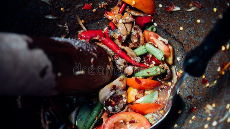 Ensalada o papaya Pok Pok (tum de la papaya del som) fotografía de archivo