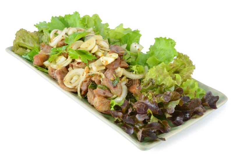 Ensalada picante con cerdo y la hierba verde en estilo tailandés imagen de archivo libre de regalías