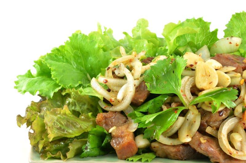Ensalada picante con cerdo y la hierba verde en estilo tailandés fotos de archivo libres de regalías
